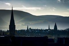 Horizonte de Edimburgo que mira a través de los argumentos del castillo Imágenes de archivo libres de regalías