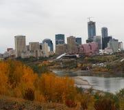 Horizonte de Edmonton en las hojas de Autumn With Foreground Of Colourful fotografía de archivo