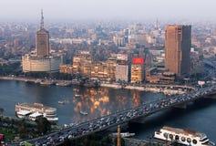 Horizonte de El Cairo durante puesta del sol con el Nilo en Egipto en África