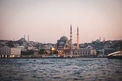 Horizonte de Estambul de la mezquita cerca del puente del galata Imagenes de archivo