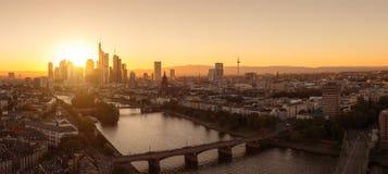 Horizonte de Francfort en el panorama de la puesta del sol Fotos de archivo libres de regalías