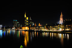 Horizonte de Francfort en la noche Imagenes de archivo