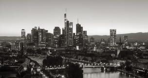Horizonte de Frankfurt-am-Main en colores monocromáticos Imagenes de archivo