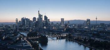 Horizonte de Frankfurt-am-Main en la oscuridad, Alemania Foto de archivo libre de regalías