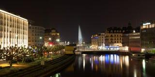 Horizonte de Ginebra por noche en Suiza Foto de archivo