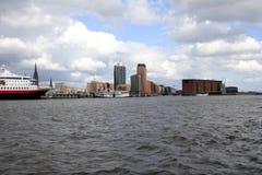 Horizonte de Hamburgo con el salón de conciertos filarmónico, Alemania Fotografía de archivo