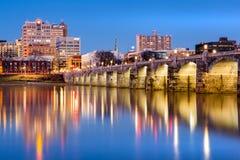 Horizonte de Harrisburg y el puente histórico de la calle de mercado en la oscuridad Imagen de archivo