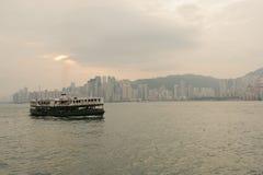 Horizonte de Hong Kong con el barco Fotos de archivo