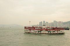 Horizonte de Hong Kong con el barco Foto de archivo libre de regalías