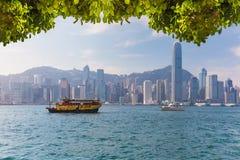 Horizonte de Hong-Kong con los barcos en el puerto de Victoria foto de archivo