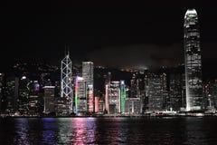 Horizonte de Hong Kong en la noche con el transbordador de la estrella Imágenes de archivo libres de regalías