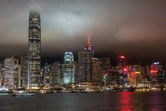 Horizonte de Hong Kong Island durante la noche lluviosa, China fotos de archivo