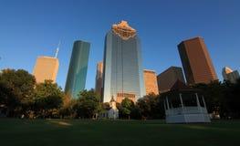 Horizonte de Houston de Sam Houston Park en Tejas foto de archivo