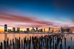 Horizonte de Jersey City en la puesta del sol Imágenes de archivo libres de regalías