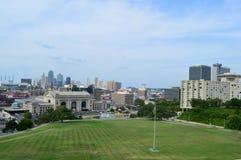 Horizonte de Kansas City de Liberty Memorial imágenes de archivo libres de regalías
