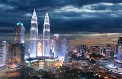 Horizonte de Kuala Lumpur en la noche fotografía de archivo libre de regalías