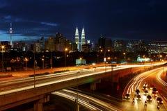 Horizonte de Kuala Lumpur en la noche. Imagen de archivo libre de regalías
