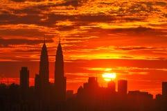 Horizonte de Kuala Lumpur en la oscuridad fotografía de archivo libre de regalías