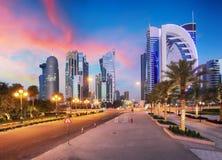Horizonte de la bahía y del centro de ciudad del oeste de Doha durante salida del sol, Qatar Imagen de archivo libre de regalías