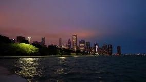 Horizonte de la Chicago, Illinois en la noche almacen de metraje de vídeo
