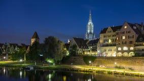 Horizonte de la ciudad alemana Ulm en la noche imagen de archivo