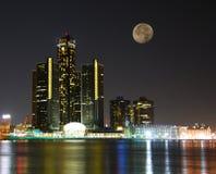 Horizonte de la ciudad bajo claro de luna Foto de archivo libre de regalías