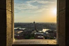 Horizonte de la ciudad de Budapest con la vista del río Danubio en laspse del tiempo de Hungría almacen de metraje de vídeo