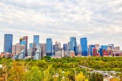 Horizonte de la ciudad de Calgary que muestra oficinas corporativas y el SID financiero imágenes de archivo libres de regalías