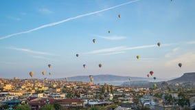 Horizonte de la ciudad de Cappadocia con el inTurkey del vuelo del globo, timelapse 4K metrajes