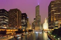 Horizonte de la ciudad de Chicago en la noche foto de archivo libre de regalías