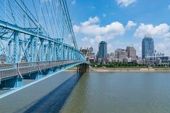 Horizonte de la ciudad de Cincinnati, Ohio del puente de Roebling imagen de archivo libre de regalías