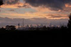 Horizonte de la ciudad con altos edificios de la subida y un cielo dramático Imagenes de archivo