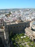 Horizonte de la ciudad con el patio del castillo del primero plano Foto de archivo libre de regalías