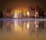 Horizonte de la ciudad con la reflexión en agua Foto de archivo libre de regalías
