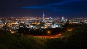 Horizonte de la ciudad de Auckland en la noche Foto de archivo libre de regalías