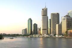 Horizonte de la ciudad de Brisbane en el amanecer Foto de archivo