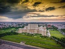 Horizonte de la ciudad de Bucarest en la puesta del sol Imagen de HDR fotografía de archivo