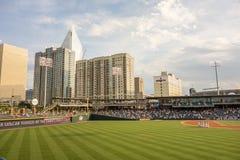Horizonte de la ciudad de Charlotte Carolina del Norte del estadio de béisbol del bbt Fotografía de archivo