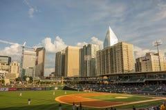 Horizonte de la ciudad de Charlotte Carolina del Norte del estadio de béisbol del bbt Fotografía de archivo libre de regalías