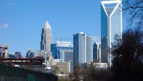 horizonte de la ciudad de Charlotte Carolina del Norte y céntrico almacen de video