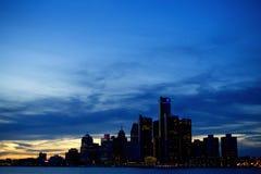 Horizonte de la ciudad de Detroit en la oscuridad Imagen de archivo libre de regalías