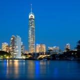 Horizonte de la ciudad de Gold Coast en la noche Fotos de archivo libres de regalías
