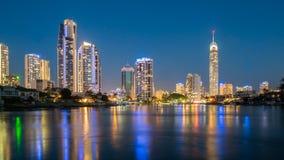 Horizonte de la ciudad de Gold Coast en la noche Imágenes de archivo libres de regalías
