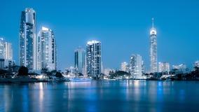 Horizonte de la ciudad de Gold Coast en la noche Imagen de archivo libre de regalías