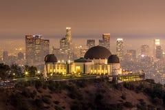 Horizonte de la ciudad de Griffith Observatory y de Los Ángeles en el twiligh Fotos de archivo libres de regalías