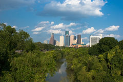 Horizonte de la ciudad de Houston detrás del parque verde con el río Imagen de archivo libre de regalías