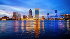 Horizonte de la ciudad de Jacksonville, la Florida en los logotipos de la noche borrosos Foto de archivo libre de regalías