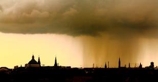 Horizonte de la ciudad de la lluvia de la puesta del sol Imágenes de archivo libres de regalías