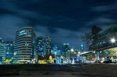 Horizonte de la ciudad de la noche Fotos de archivo