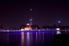 Horizonte de la ciudad de la noche por el río Foto de archivo libre de regalías